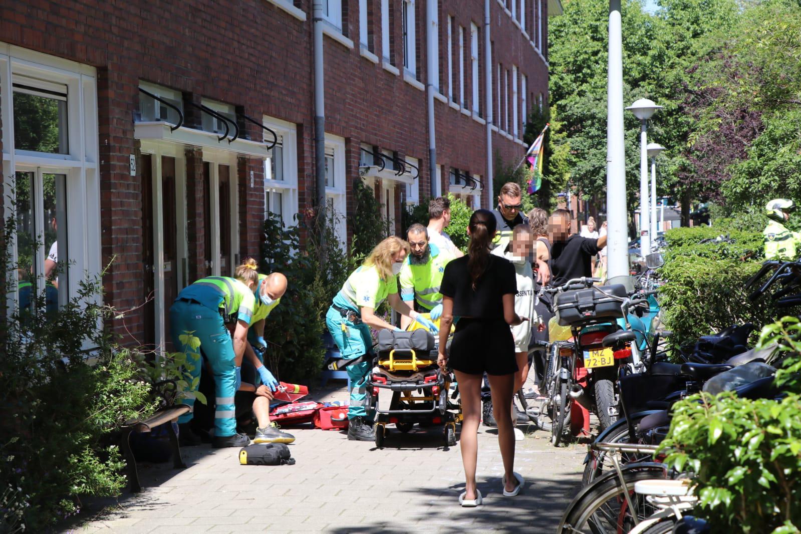 Ambulancedienst stabiliseert slachtoffer