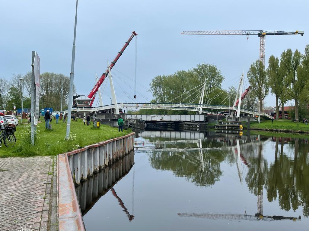 Takelwerkzaamheden bij Gerrit Krolbrug