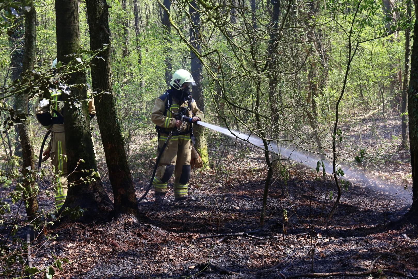 Foto van blussende brandweerman