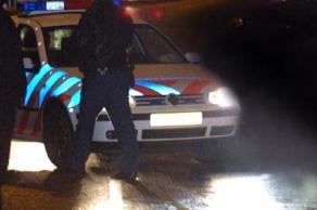Foto van politieagent bij politieauto   Archief FBF.nl