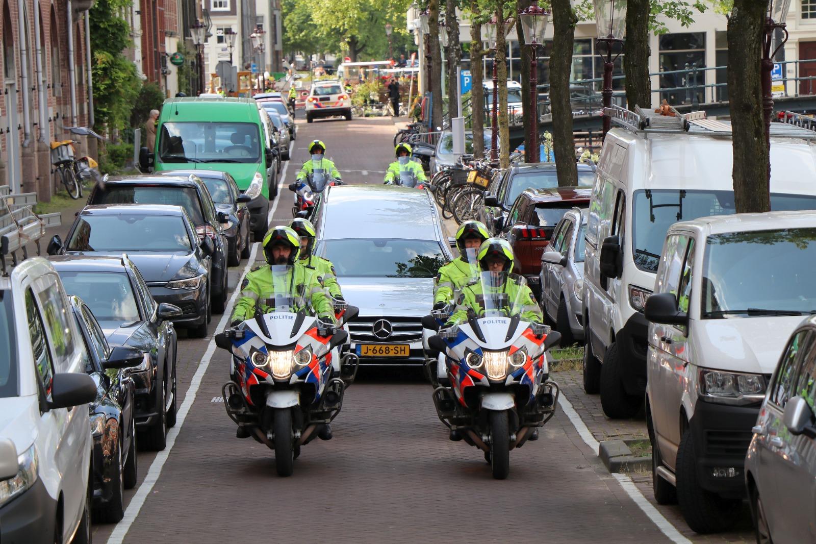 Politiemotoren begeleiden uitvaart stoet