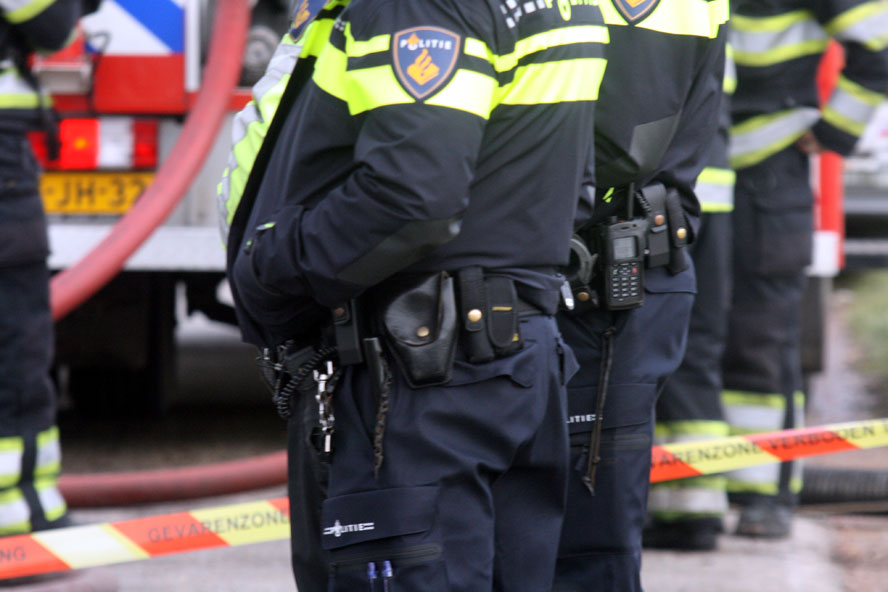 Agent valt over wapenstok door fout in politie-uniform