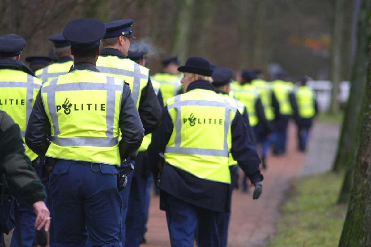 agenten-politie-gele-hesjes.jpg