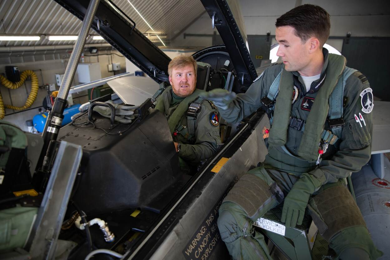 Koning Willem-Alexander maakt trainingsvlucht in F-16
