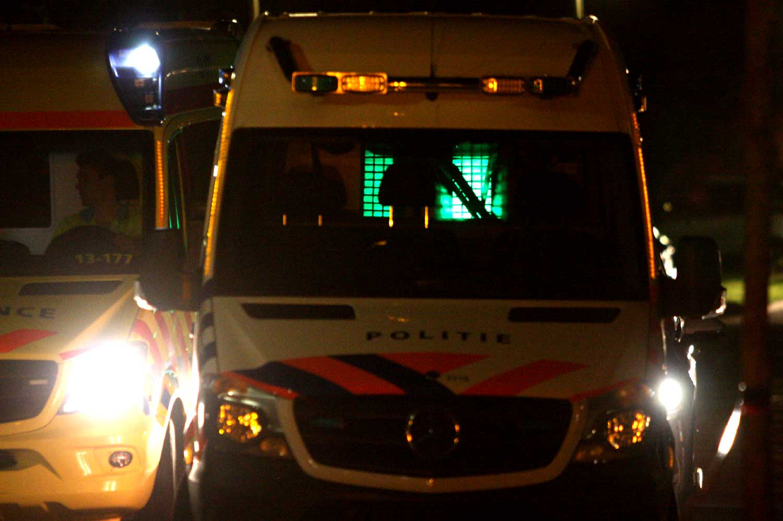 ambu-politieauto-donker-zwaailicht