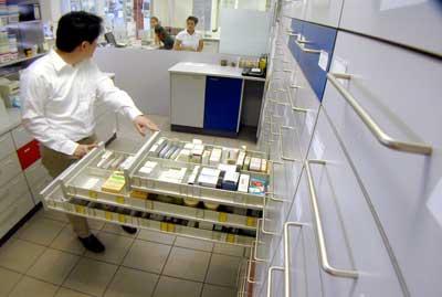 Foto van apotheker met medicijnen   Archief EHF