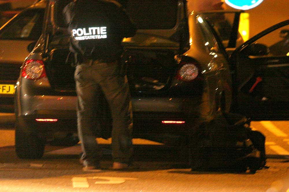 Foto van lid arrestatieteam bij auto in donker | Archief EHF
