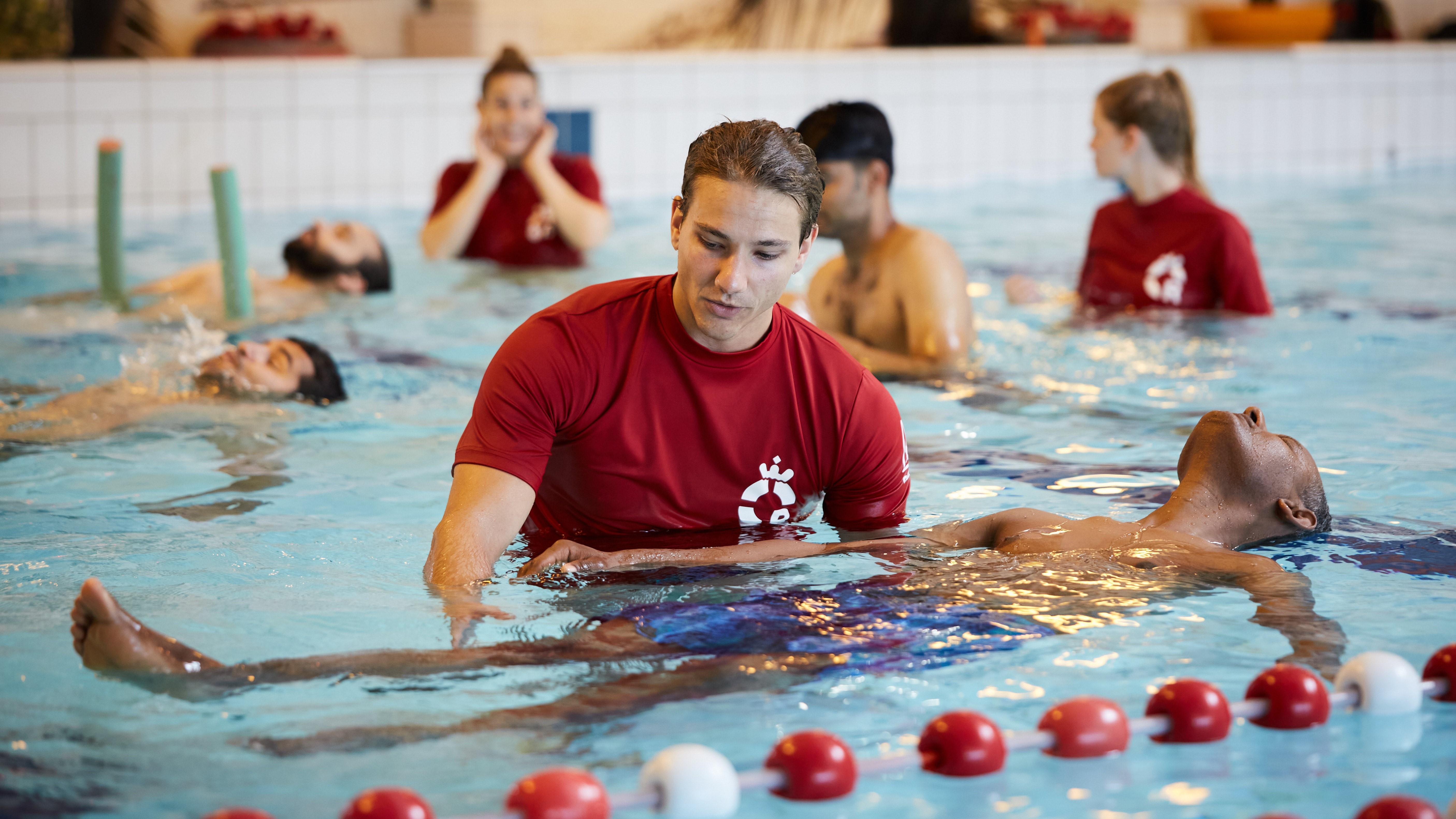 Asielzoekers oefenen in zwembad