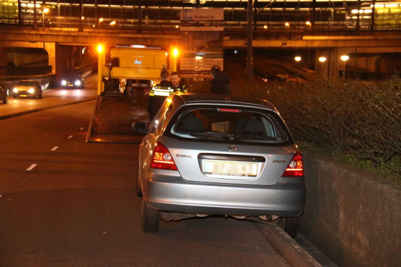 Auto rijdt zich vast in goot