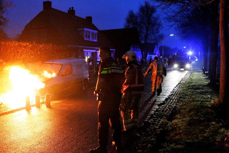 Omstanders halen gastanks uit in brand staande auto