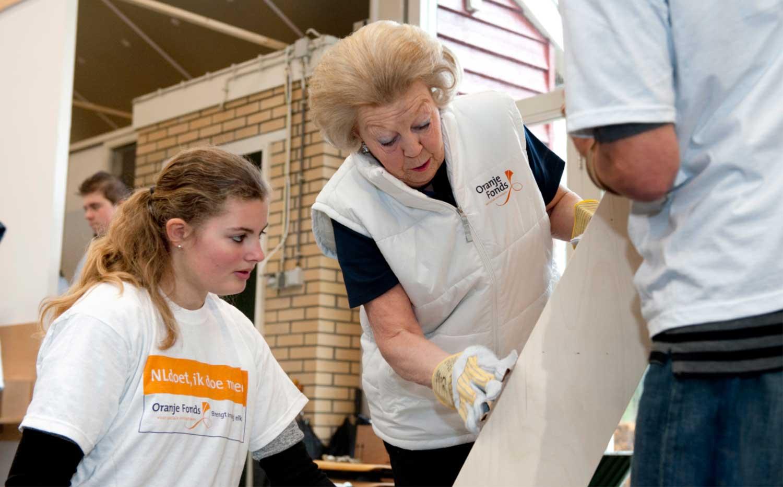 Beatrix klust en tuiniert voor kinderen met beperking tijdens NLdoet