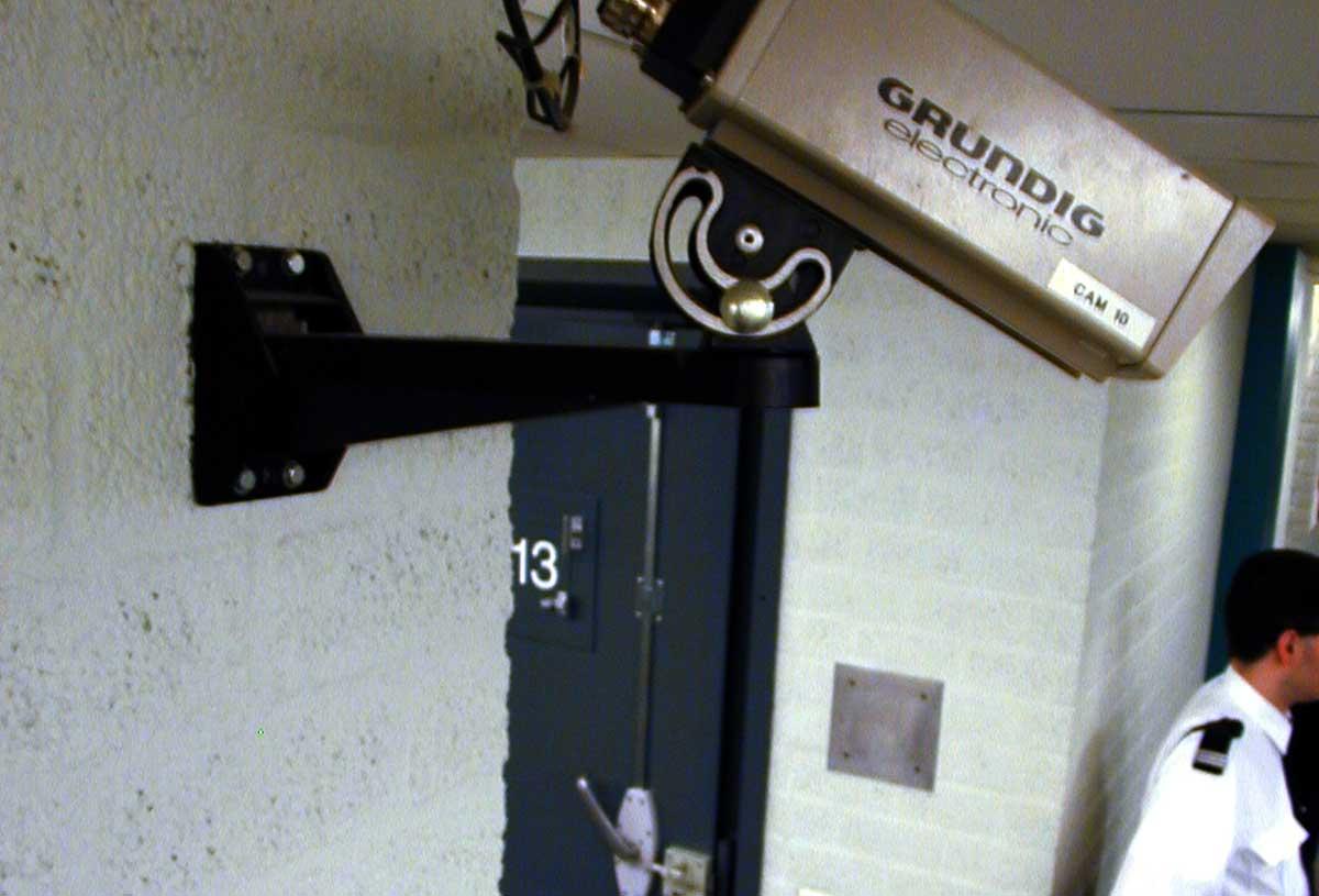 bewaker-gevangenis-cel-camera
