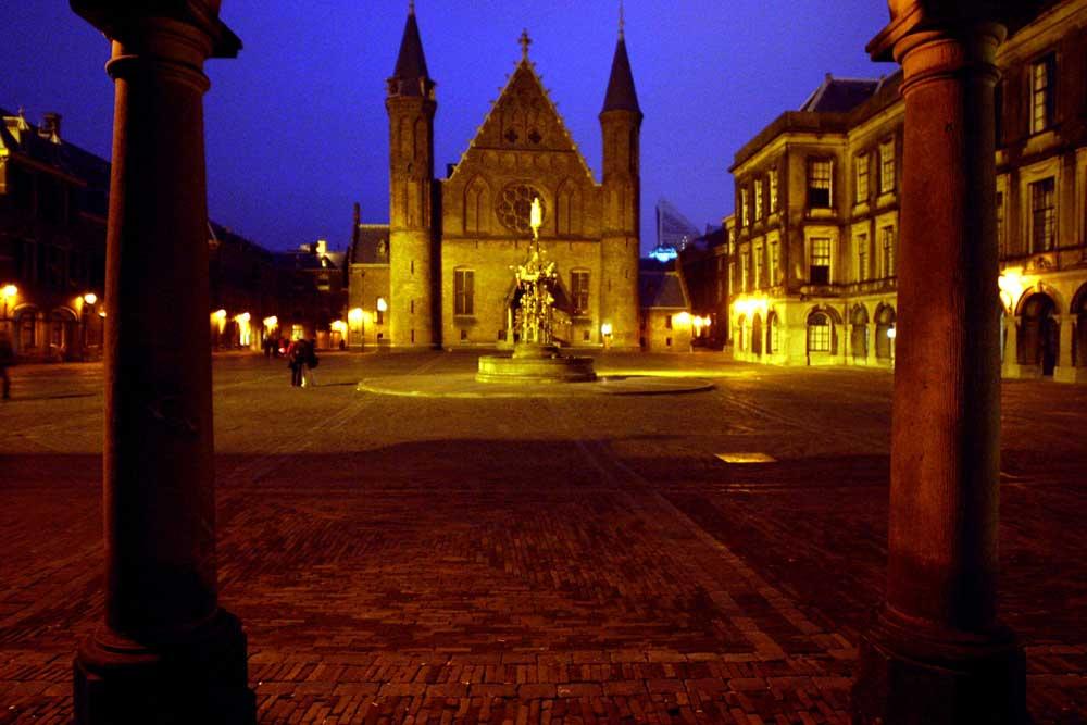 Foto van Binnenhof Ridderzaal donker | Archief EHF