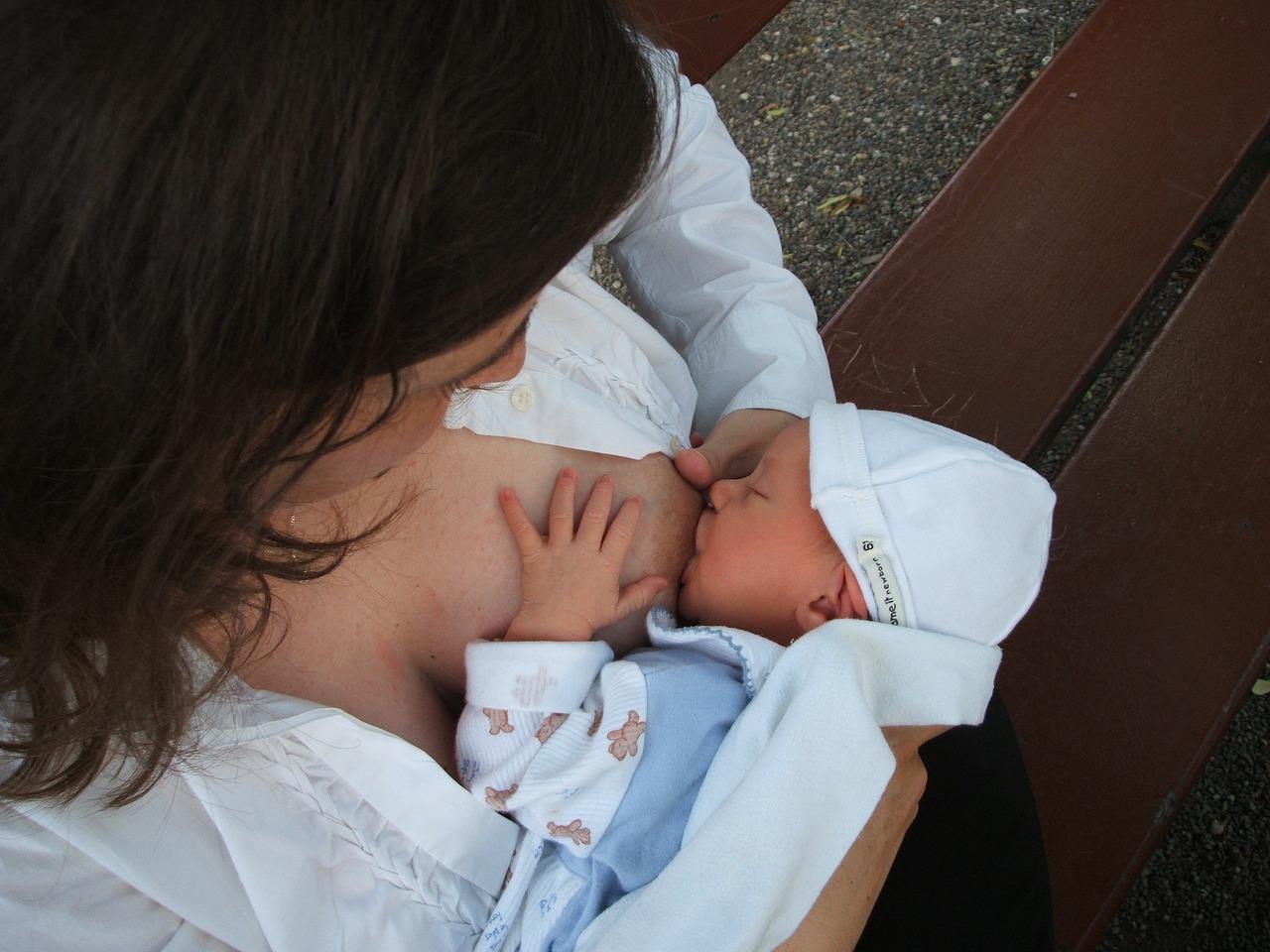 Baby drinkt moedermelk