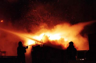 brand-avond-donker-brandweermensen
