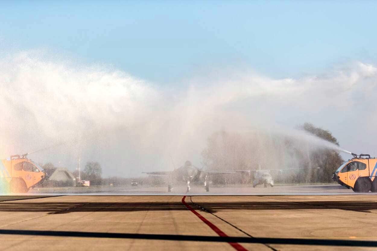 Brandweer vliegbasis Leeuwarden onthaald eeste JSF met schadelijk schuim