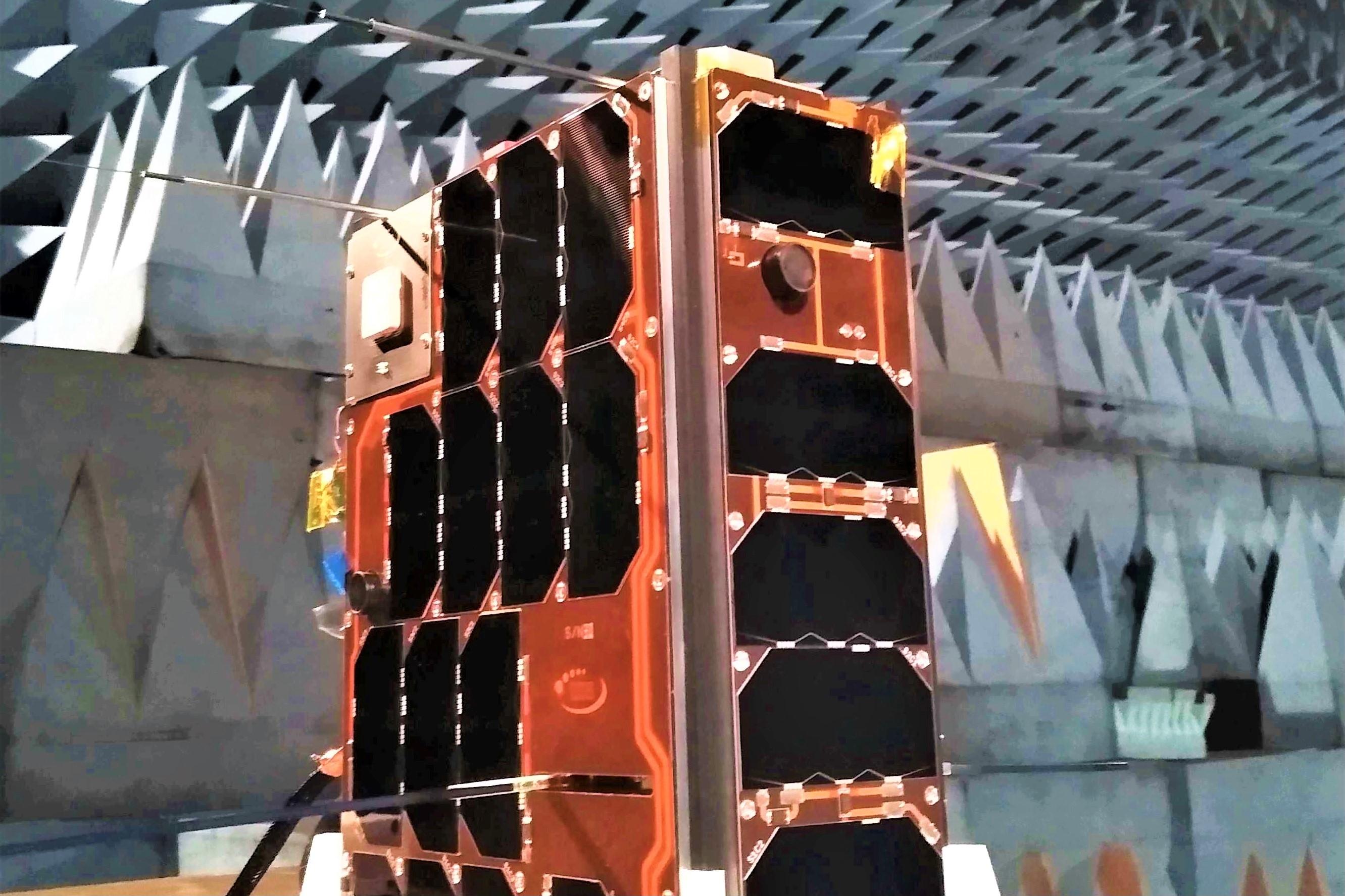 De nanosatelliet van de Koninklijke Luchtmacht, de BRIK II.