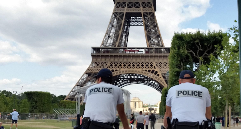 De Eiffeltoren in Parijs is sinds vandaag weer toegankelijk voor bezoekers. Zaterdag werd het monument afgesloten voor publiek na de aanslagen in Parijs.