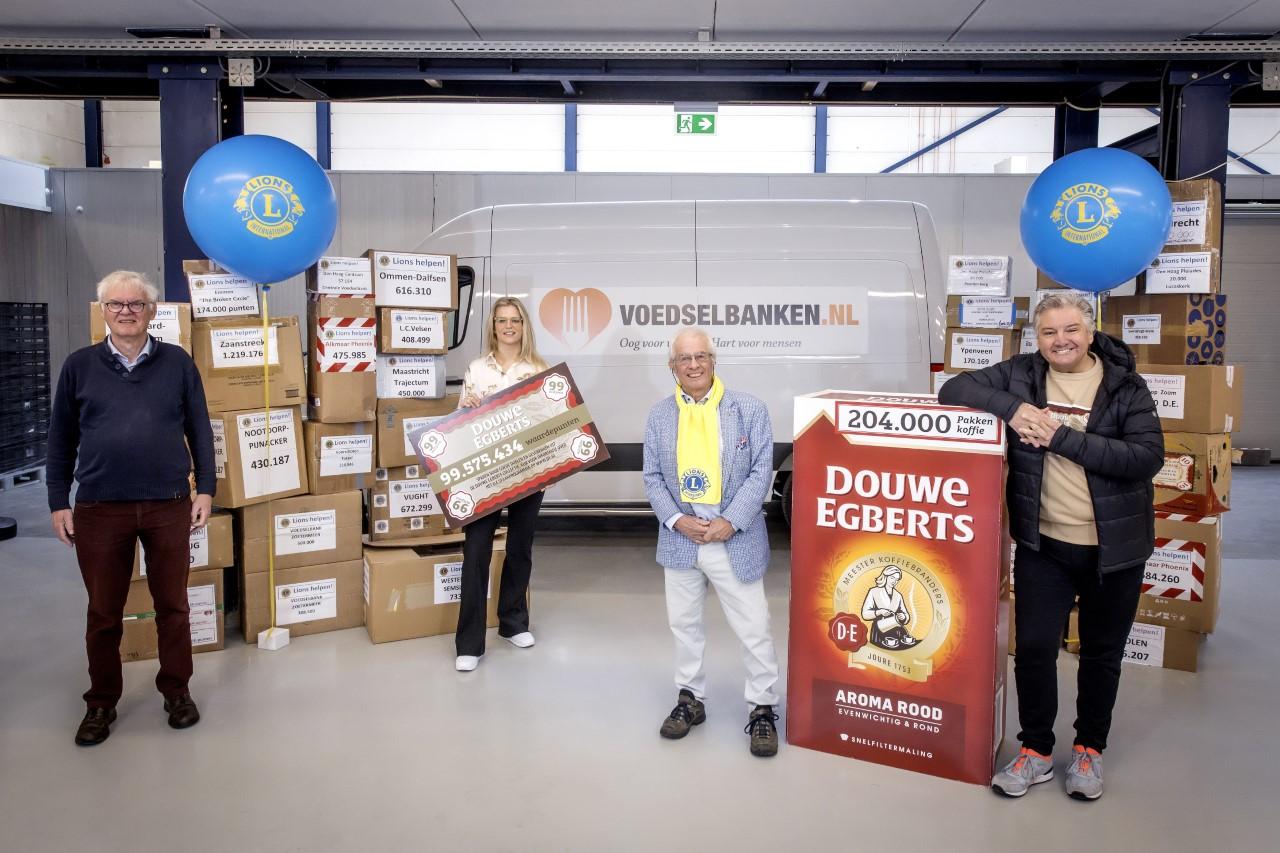 V.l.n.r. op de foto: Henk Foekens (Voedselbanken Nederland), Ellen van der Linde (Marketing Manager Douwe Egberts), Jaap Stelling (Lionsclubs Nederland) en René Froger, ambassadeur van Voedselbanken Nederland