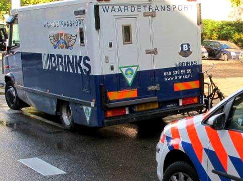 Foto van Brinks geldauto en politie | Archief BON