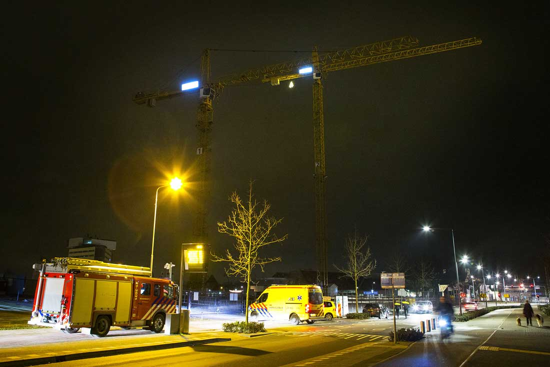Man klimt in hijskraan op bouwterrein in Den Bosch