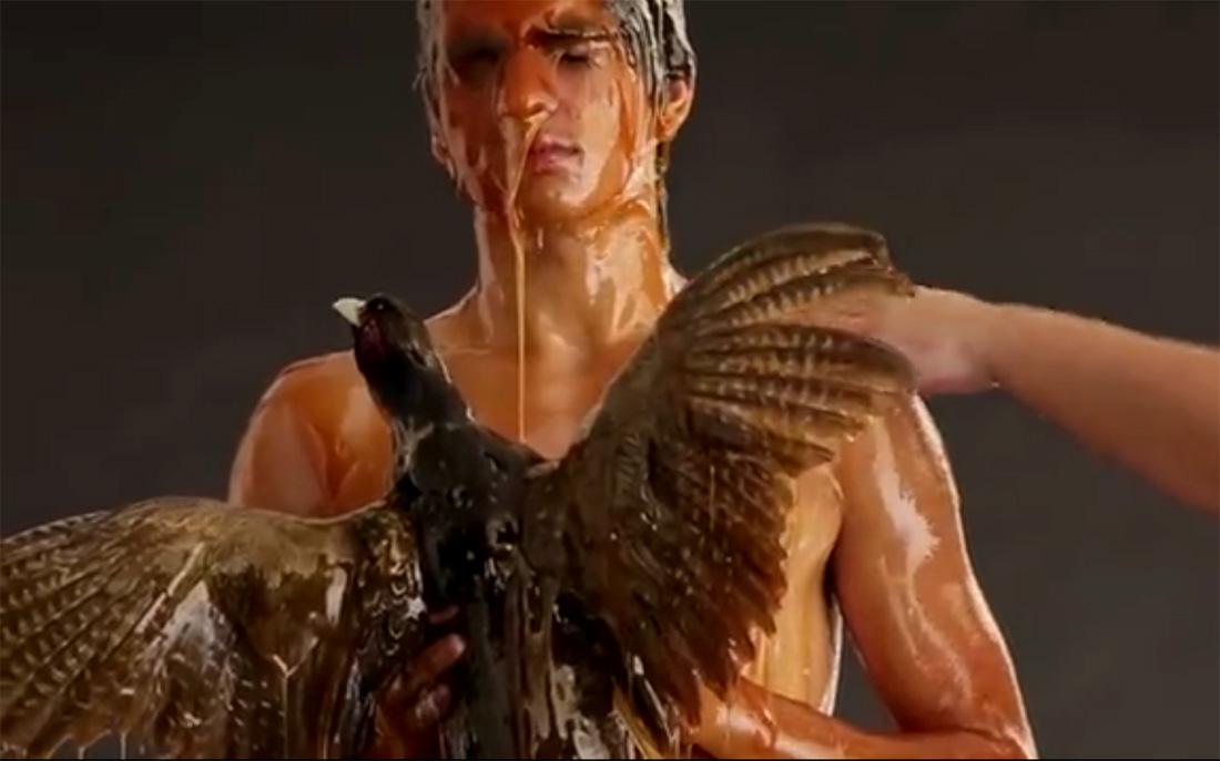 Mierzoete plaatjes, fotograaf overgiet modellen met honing