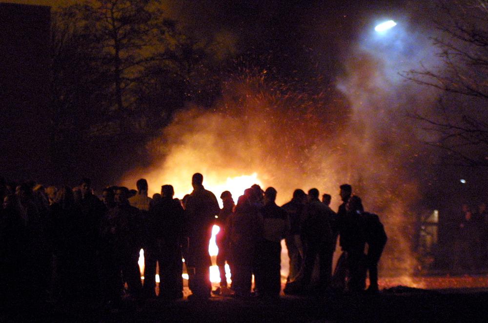 Foto van mensen rond vreugde vuur   Archief EHF