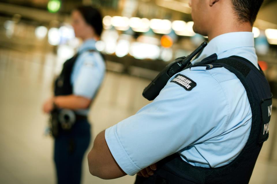 Foto van marechaussee op luchthaven