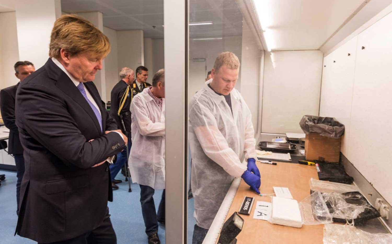 Koning bezoekt recherche marechaussee op Koningin Máximakazerne