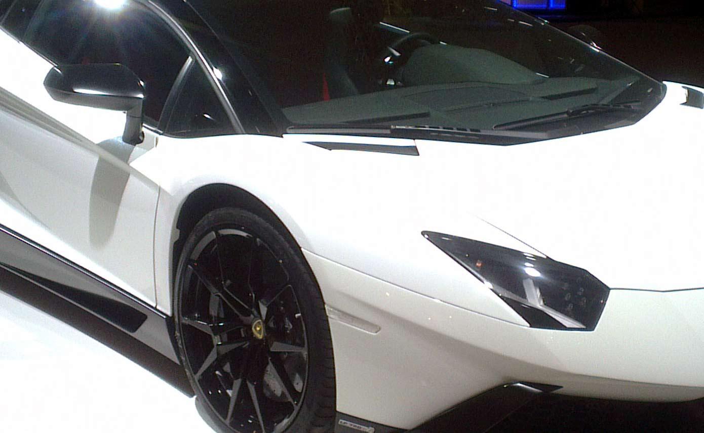 Peperdure Lamborghini raakt na manoeuvre uit trouwstoet en rijdt de sloot in