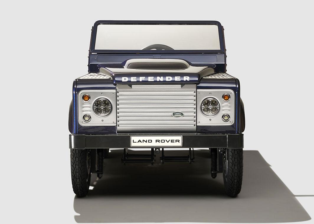 Land Rover komt met op benen aangedreven Defender