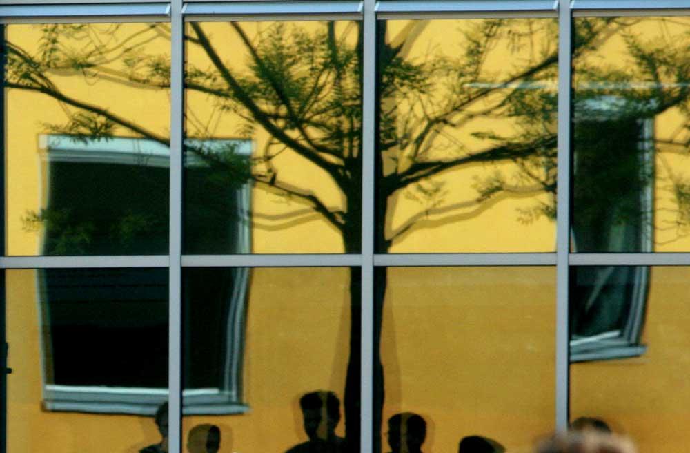 Foto van leerlingen op schoolplein raam spiegeling   Archief EHF