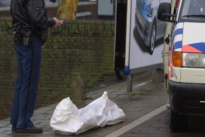 Foto van lijk onder wit laken politie   Archief EHF