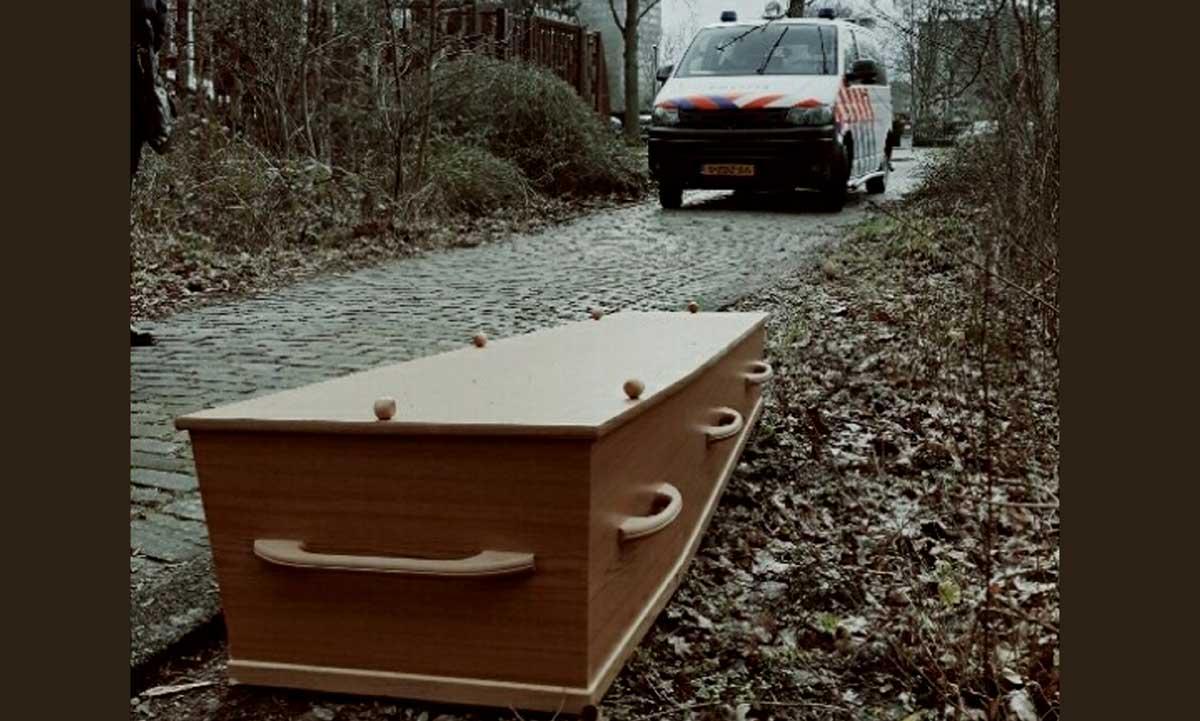 Bizarre vondst; voorbijgangers treffen lijkkist aan in bosjes