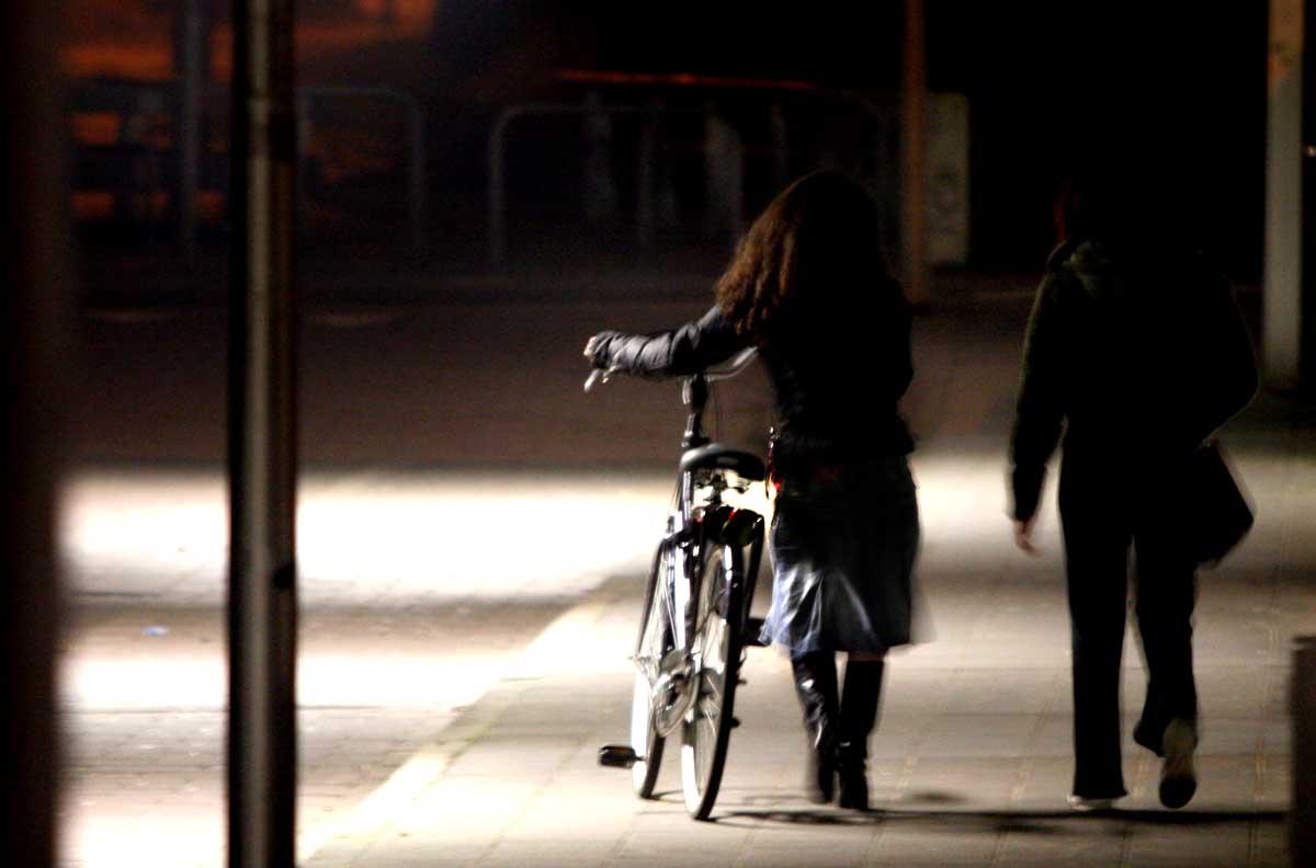 Naakte man op fiets bevredigt zichzelf en valt meisjes lastig