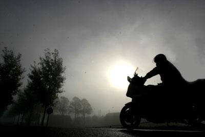 Foto van motorrijder in de mist   Archief EHF