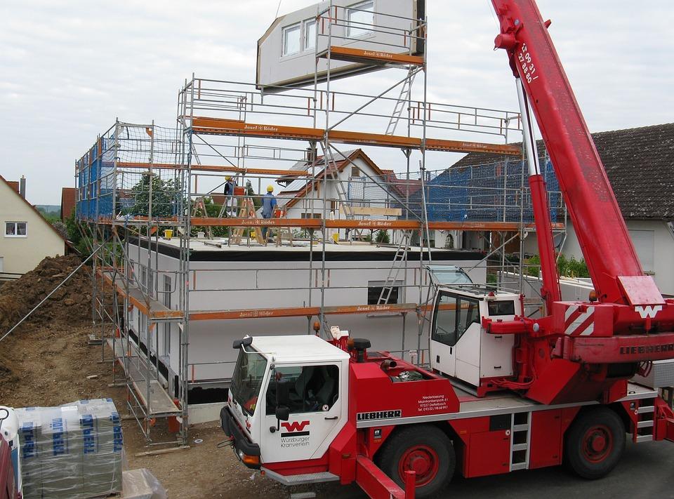 Kraan bij nieuwbouwhuis