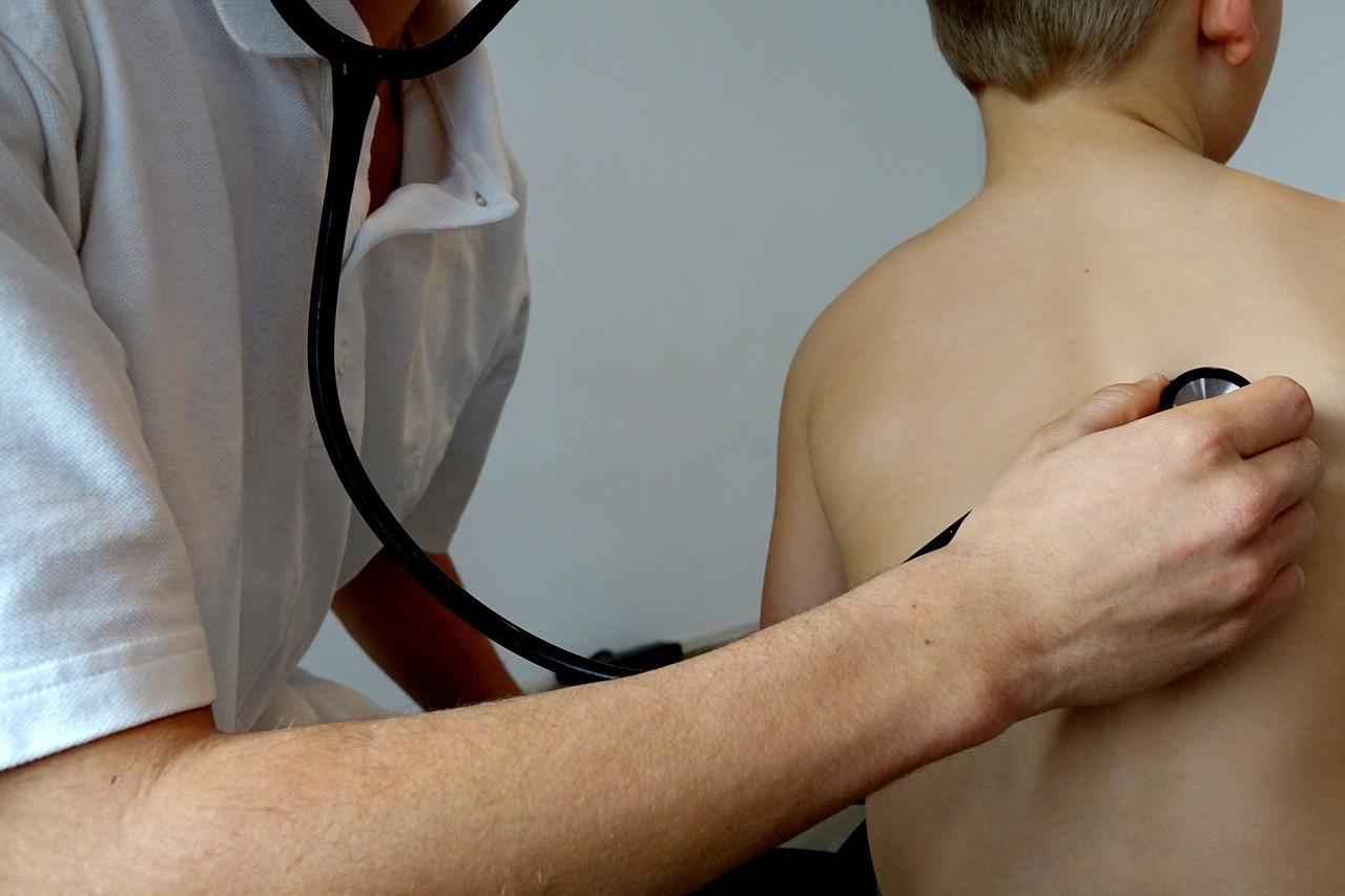 Arts luistert naar longen patiënt