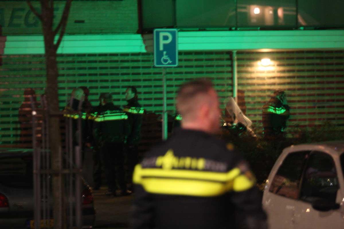 politie-agenten-groen-zwaailicht