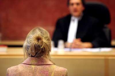 Foto van vrouwelijke verdachte in rechtbank   Archief EHF