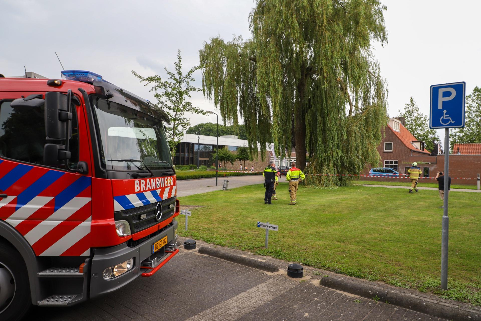 Brandweer probeert tak te verwijderen