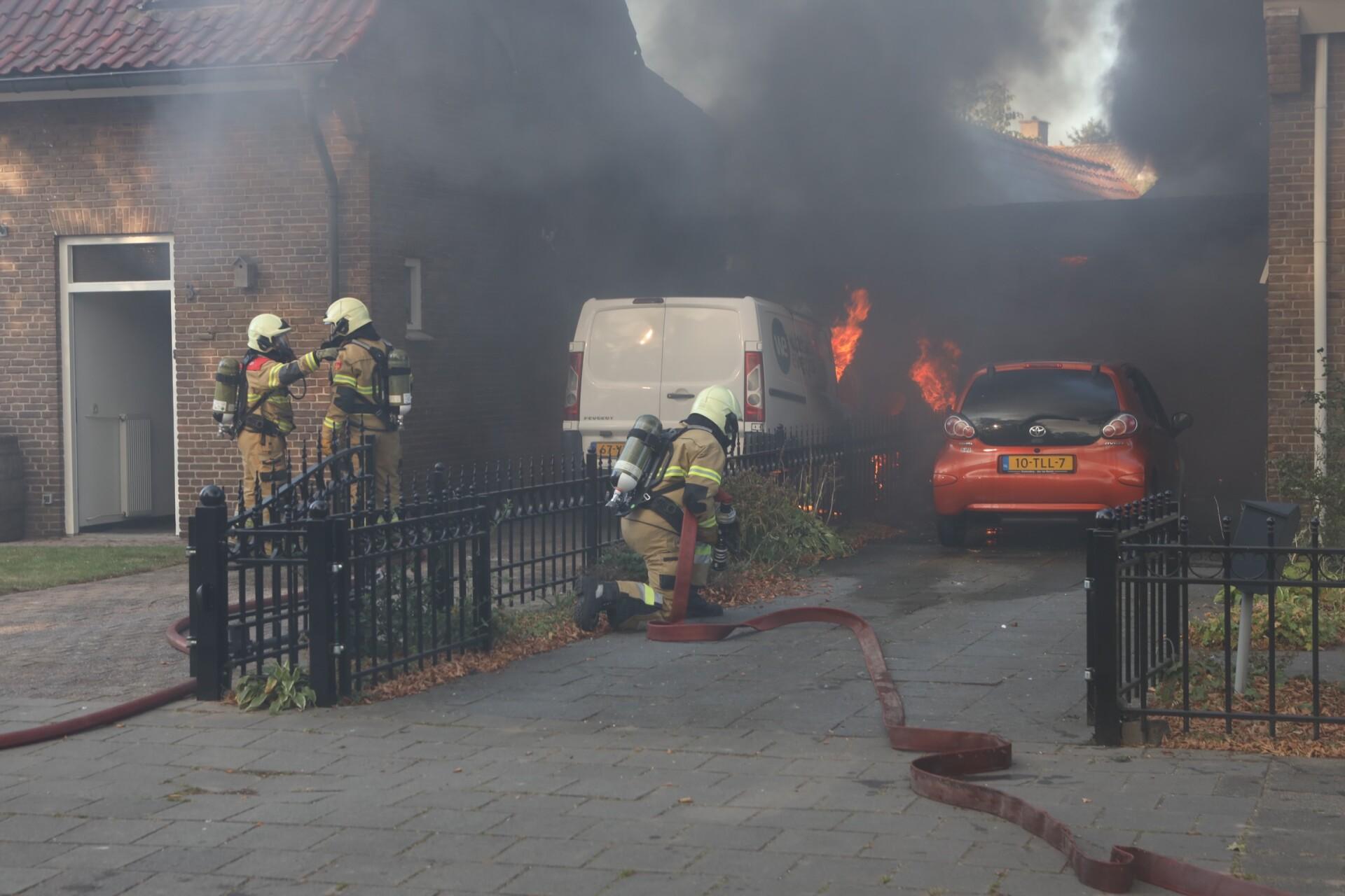 Brand tussen twee woningen