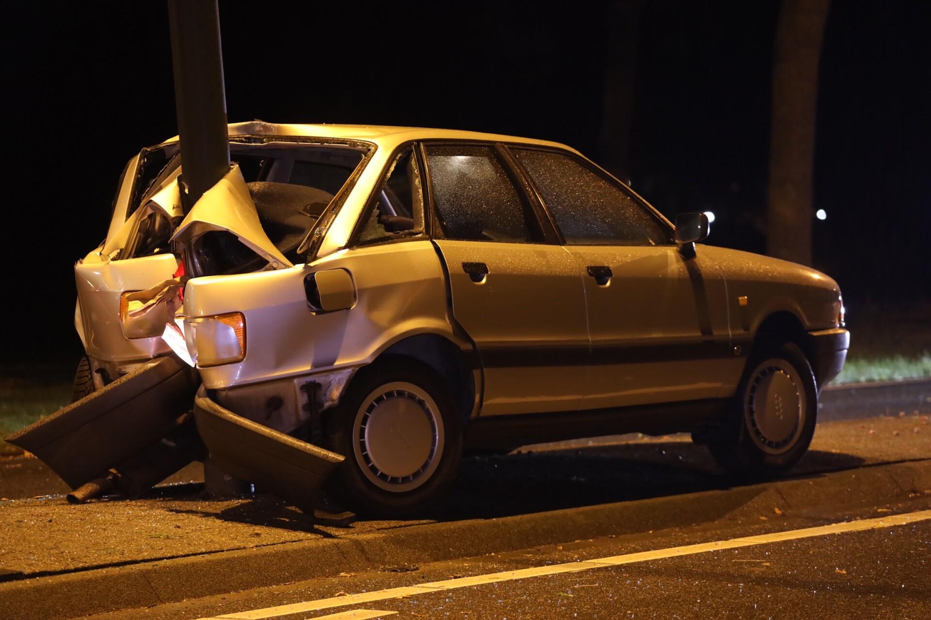 Auto achterstevoren tegen paal