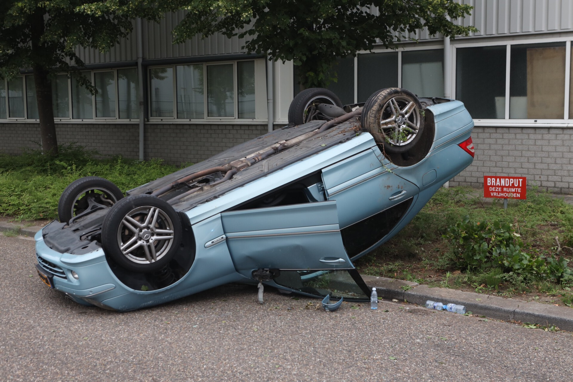Auto op zijn kop
