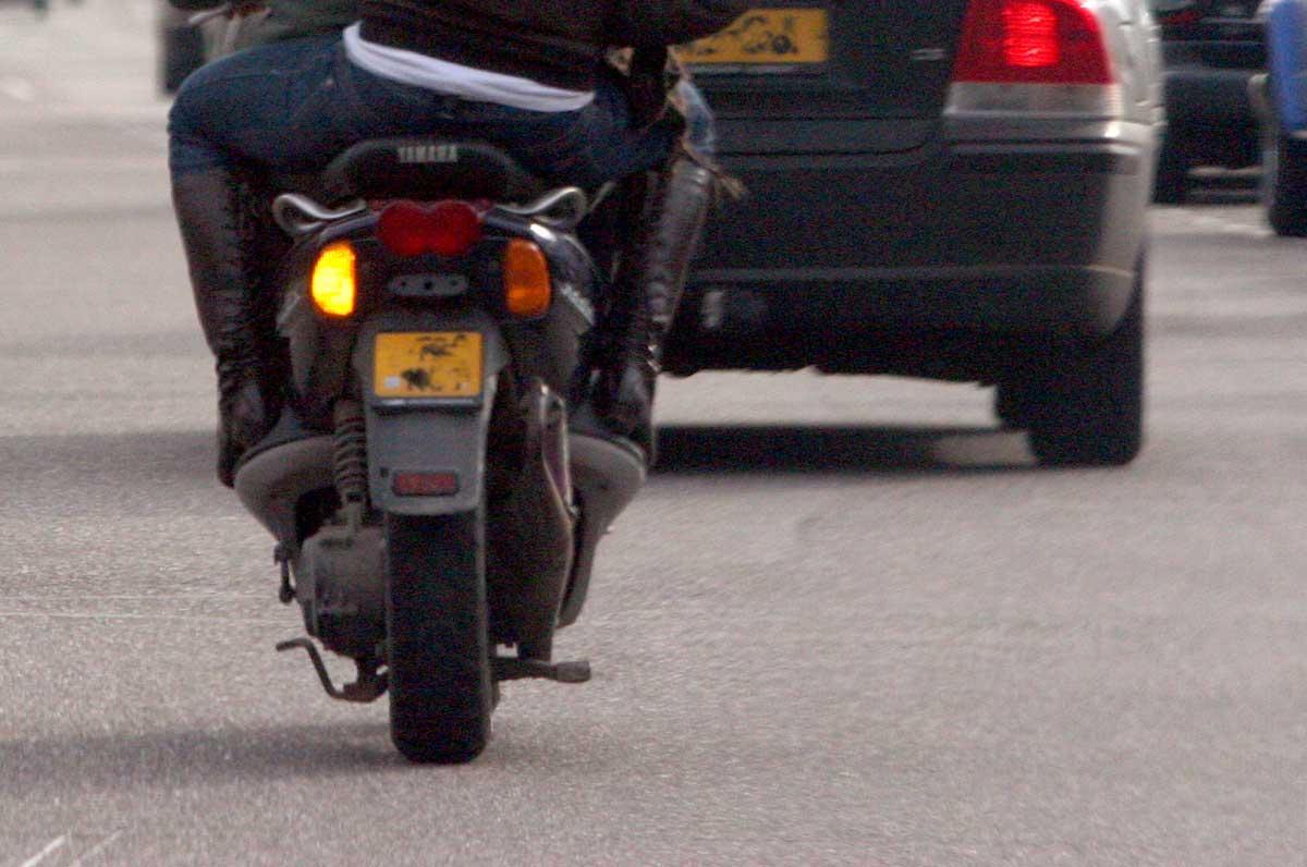 scooter-auto-bijrijder