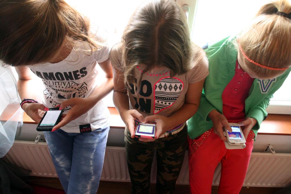 Kinderen op mobieltje | fbf