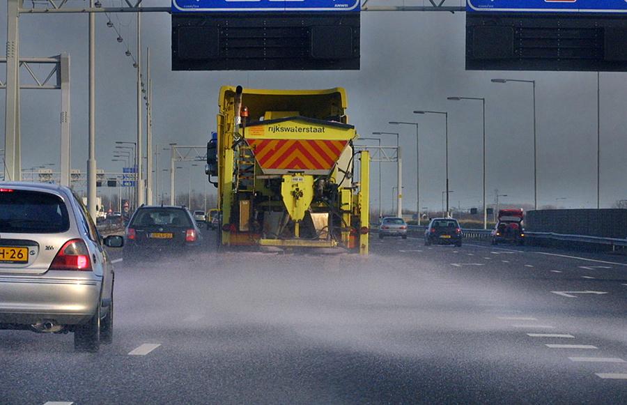 Strooiwagens Rijkswaterstaat strooien zout over ruim 100.000 km wegdek