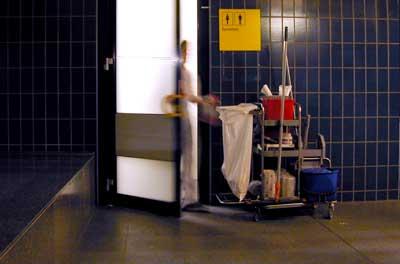 Foto van schoonmaker bij toiletten   Archief EHF
