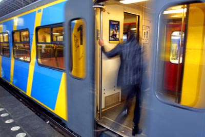 Foto van passagier de in trein stapt   Archief EHF