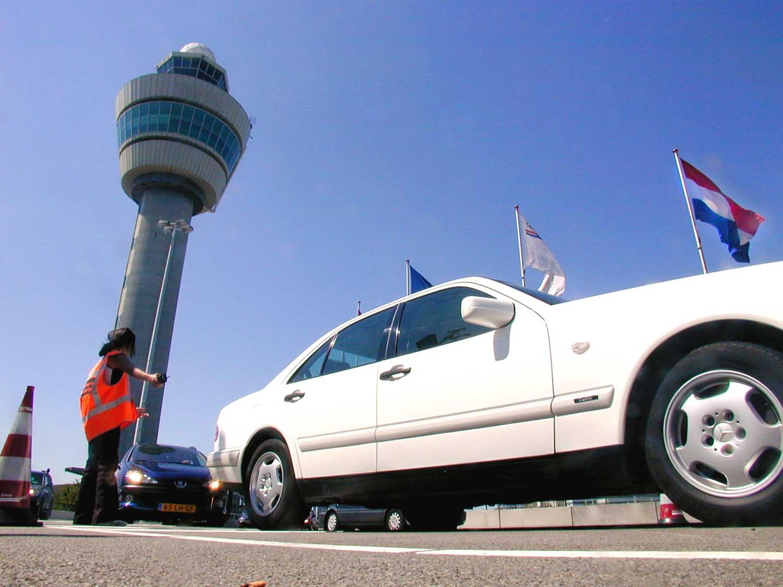 Foto van reizigers op luchthaven Schiphol   Archief EHF